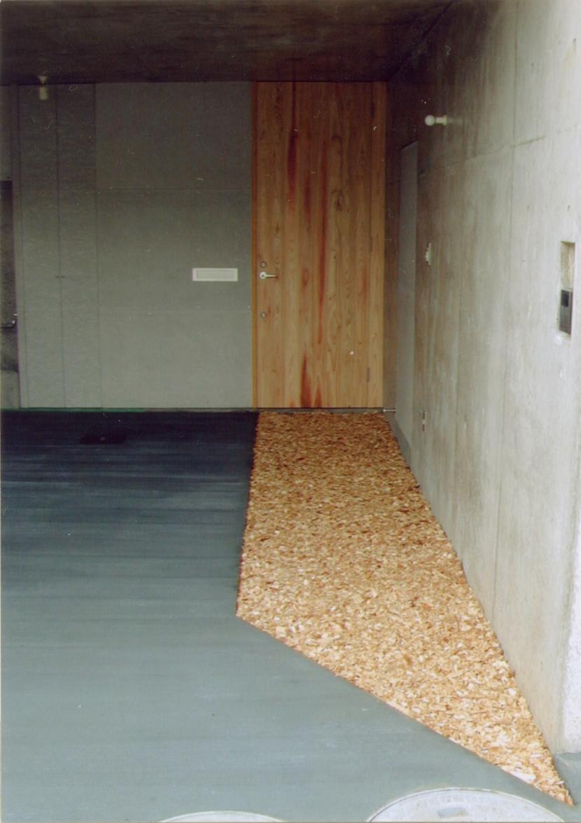 RC地下駐車場の上に産直木材三層の家/Maさんの家の写真 杉のチップを敷いた駐車場