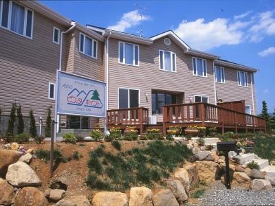 ペンション  ビスタポイント山梨県韮崎市のリゾート地に建つ、眺めの良いペンション (駐車場から見上げる)
