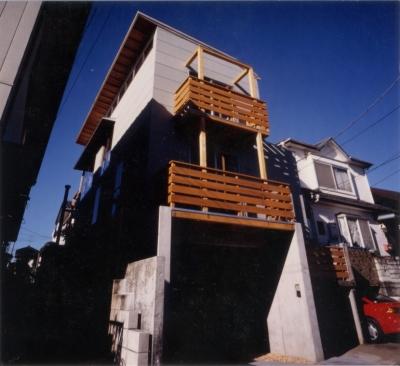 RC地下駐車場の上に産直木材三層の家/Maさんの家 (地下駐車場の上に2層のバルコニーを持つ東側外観)