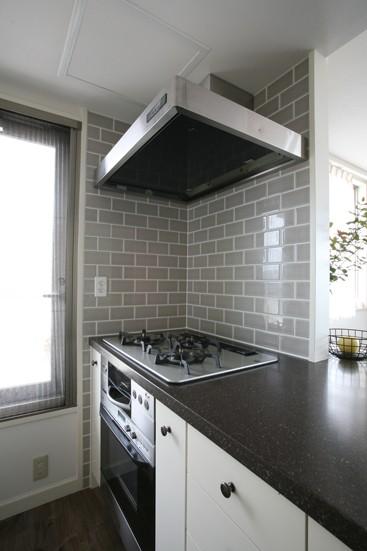キッチン事例:グレーのタイルがスタイリッシュなコンロスペース(K邸)