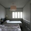K邸の写真 照明が印象的な落ち着いた寝室