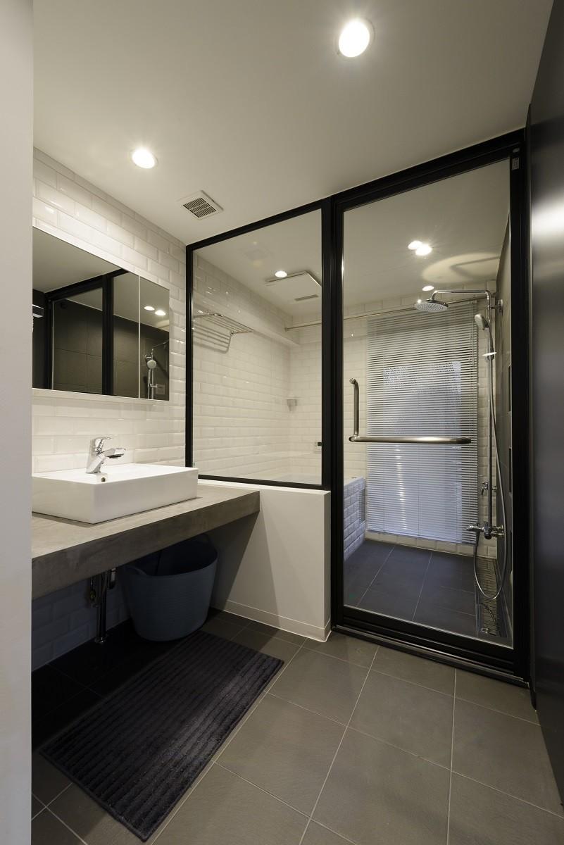 バス/トイレ事例:洗面エリア(モルタル階段の家)