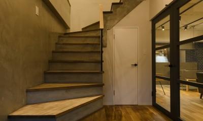 モルタル階段の家 (玄関)