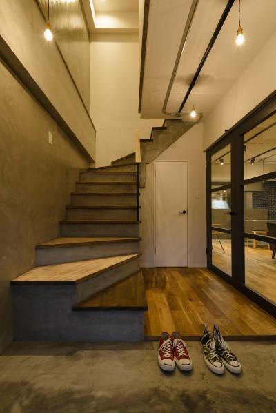 玄関 (モルタル階段の家)