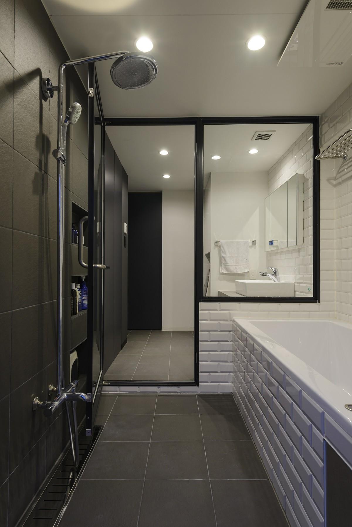 バス/トイレ事例:バスルーム(モルタル階段の家)