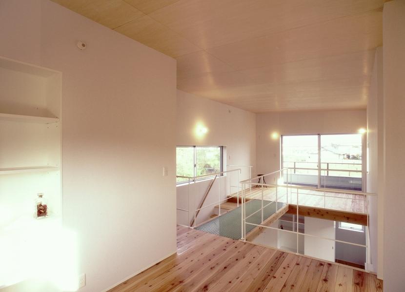 東松山のL型ボックス/Moさんの家の写真 透明グレーチングのブリッジのかかる吹き抜けを挟んだ2階の2室