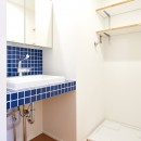 素材を活かす贅沢な空間の写真 洗面