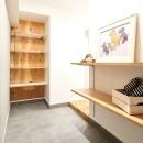 素材を活かす贅沢な空間の写真 玄関