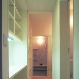 東松山のL型ボックス/Moさんの家 (作業テーブルのある水周り廊下)