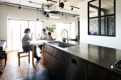 ダイニングキッチン (インダストリアル素材に囲まれ暮らす)