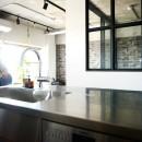 インダストリアル素材に囲まれ暮らすの写真 キッチン