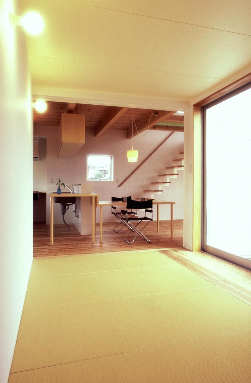 東松山のL型ボックス/Moさんの家の写真 縁なし畳の予備室としての畳スペース