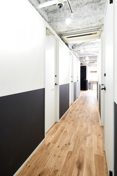 廊下 (モノトーンで優しくもてなすシェアオフィス)