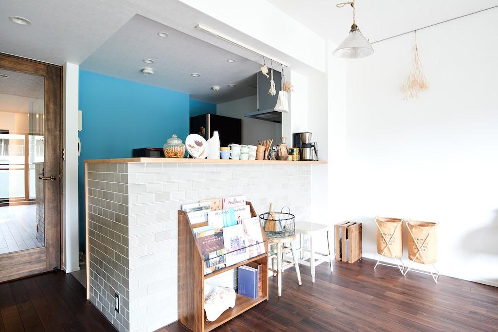 キッチン事例:キッチン(古材が映えるディスプレイ空間)