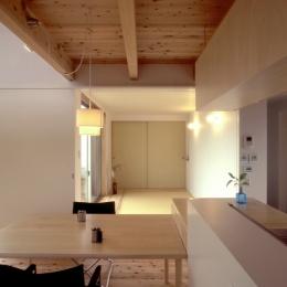 東松山のL型ボックス/Moさんの家 (畳スペースと全開閉引き戸でつながるリビング・ダイニング)