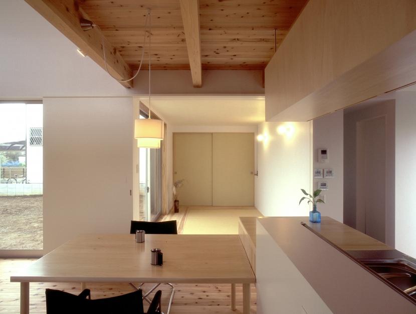 東松山のL型ボックス/Moさんの家の写真 畳スペースと全開閉引き戸でつながるリビング・ダイニング