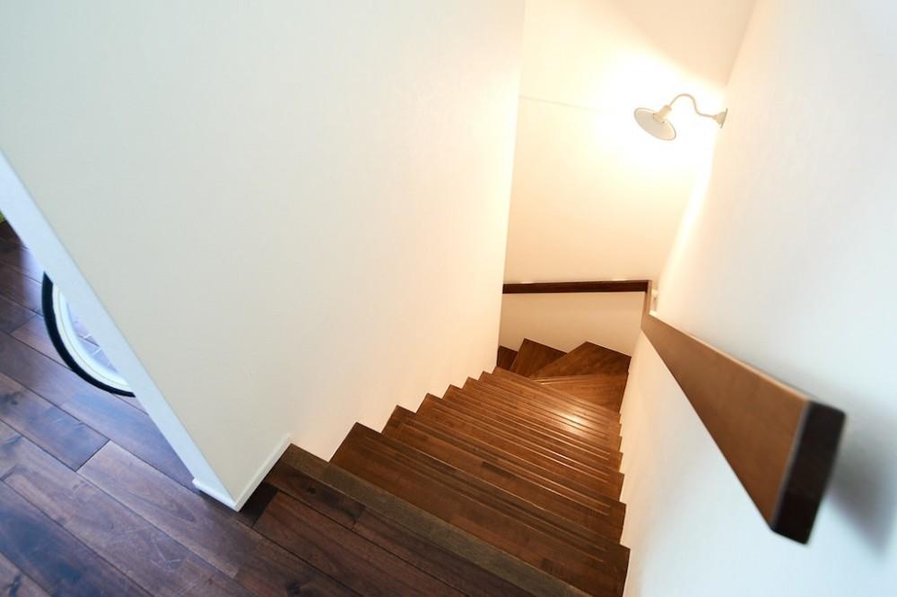 古材が映えるディスプレイ空間 (階段)