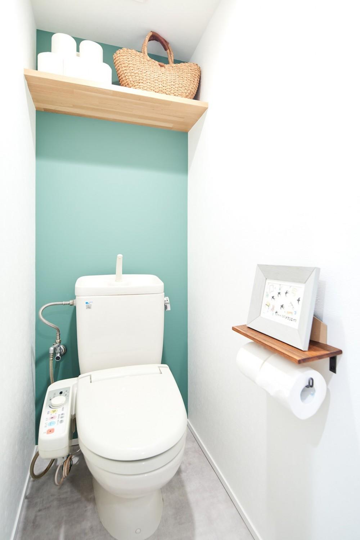 古材が映えるディスプレイ空間 (トイレ)