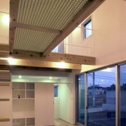 東松山のL型ボックス/Moさんの家 (透明FRPグレーチングのブリッジを持つリビング・ダイニング)