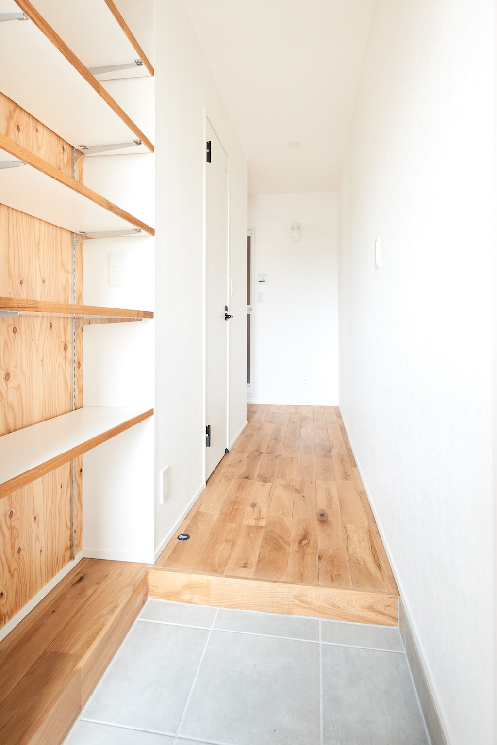 玄関事例:廊下(木に囲まれる上質な住まい)