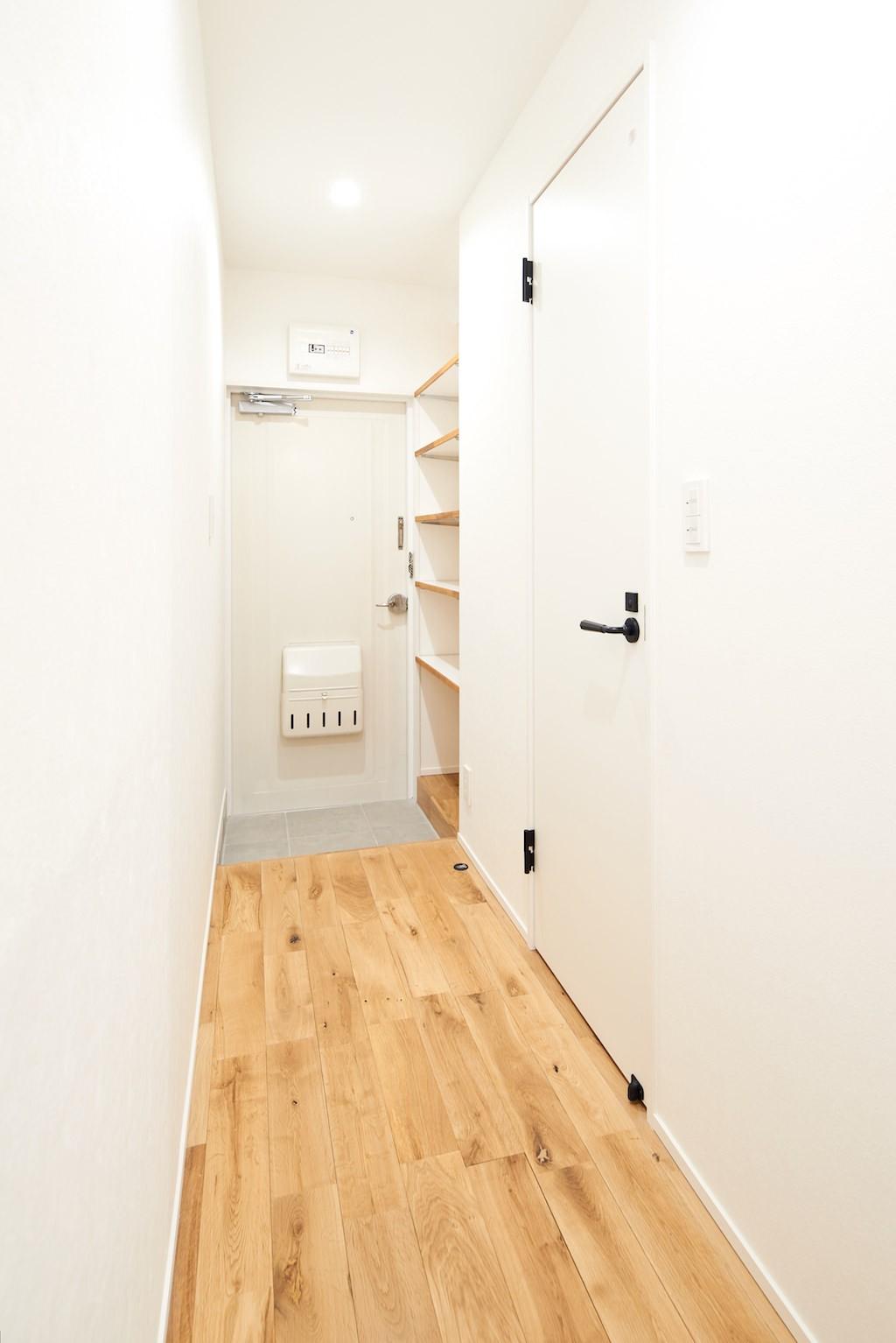 玄関事例:玄関(木に囲まれる上質な住まい)