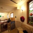 レストラン  ダ・フィオーレの写真 店舗内部。ステンドグラスデザインは、土井敦子(元スタッフ)によるものです。