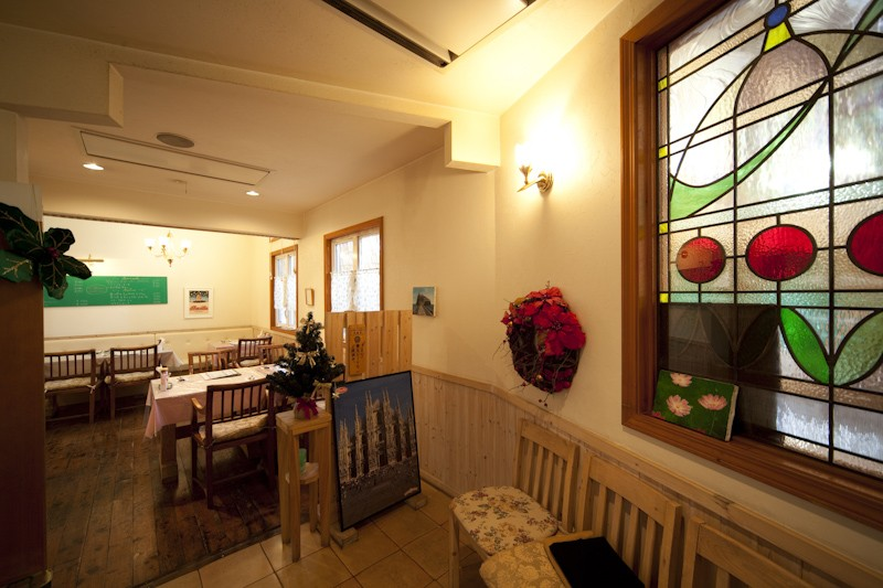 レストラン  ダ・フィオーレ (店舗内部。ステンドグラスデザインは、土井敦子(元スタッフ)によるものです。)