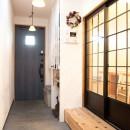 自分たちらしい住まいを求め、少しずつの変化を楽しむ住まいの写真 土間風玄関
