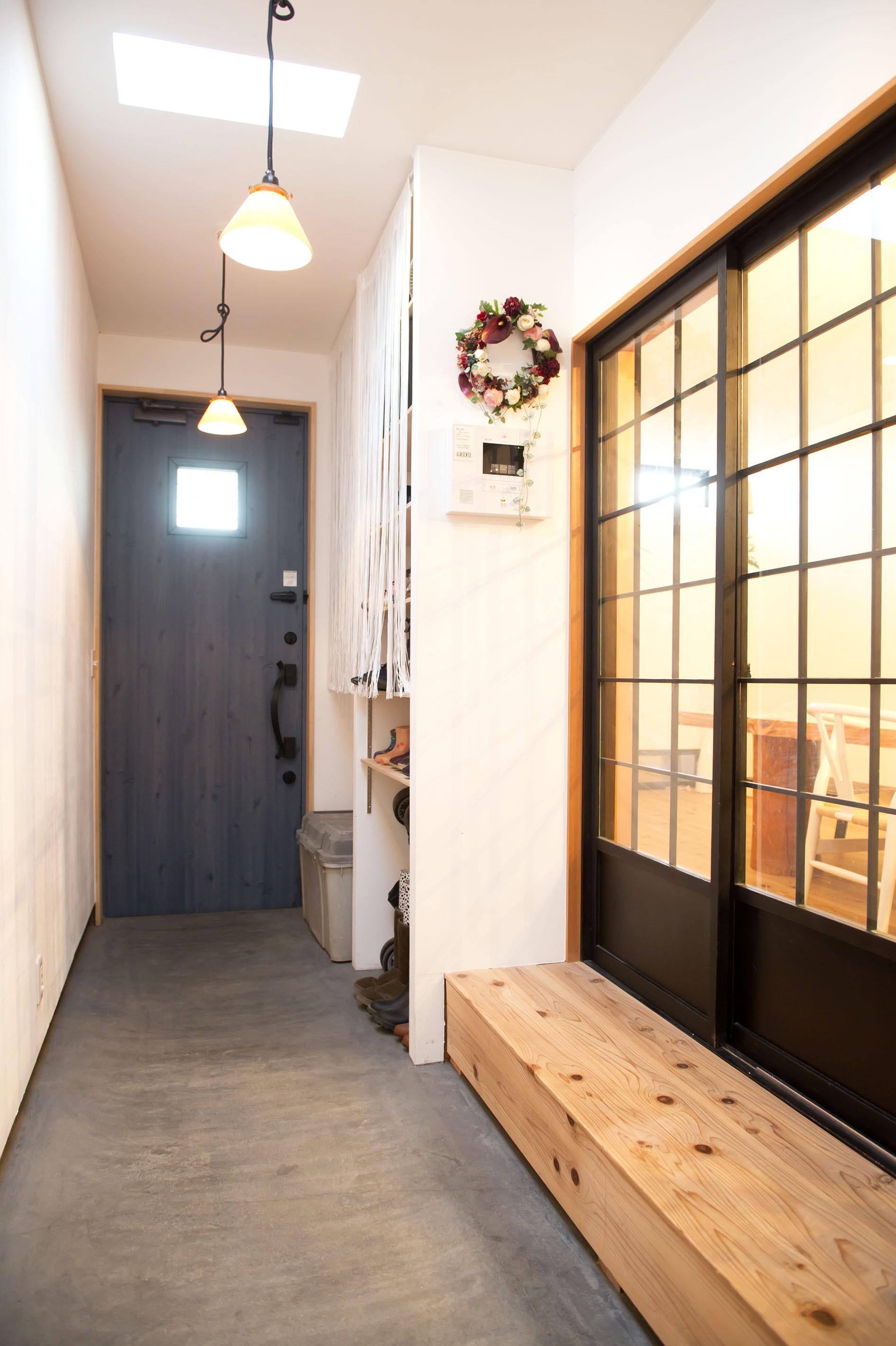 玄関事例:土間風玄関(自分たちらしい住まいを求め、少しずつの変化を楽しむ住まい)