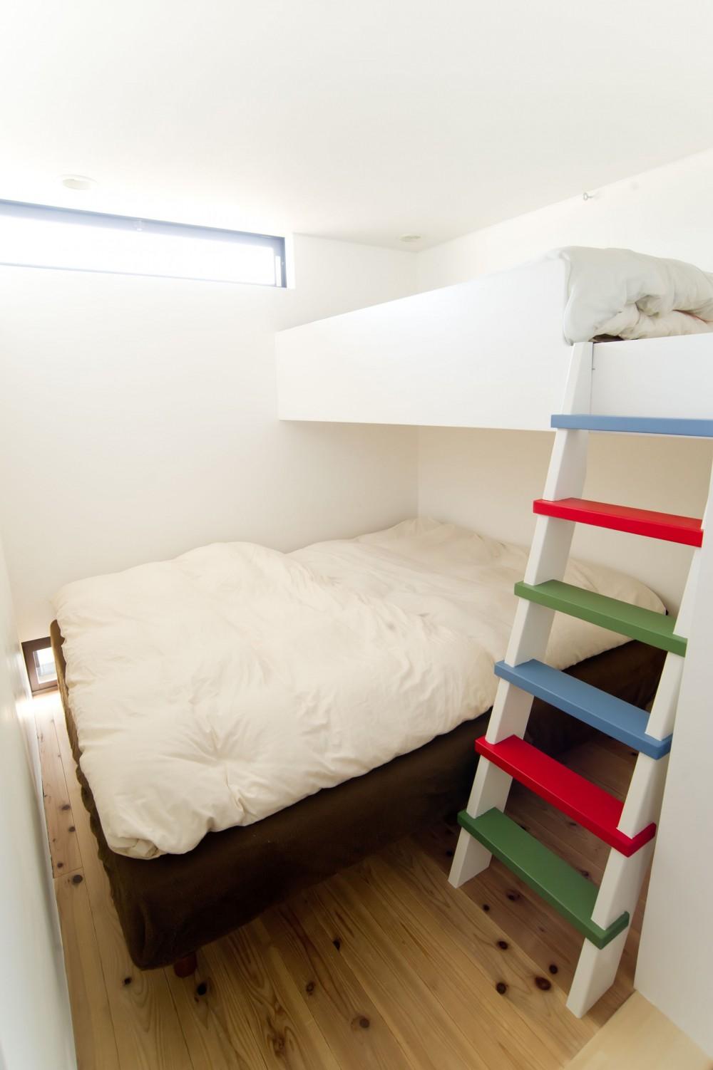 自分たちらしい住まいを求め、少しずつの変化を楽しむ住まい (Family Bedroom)