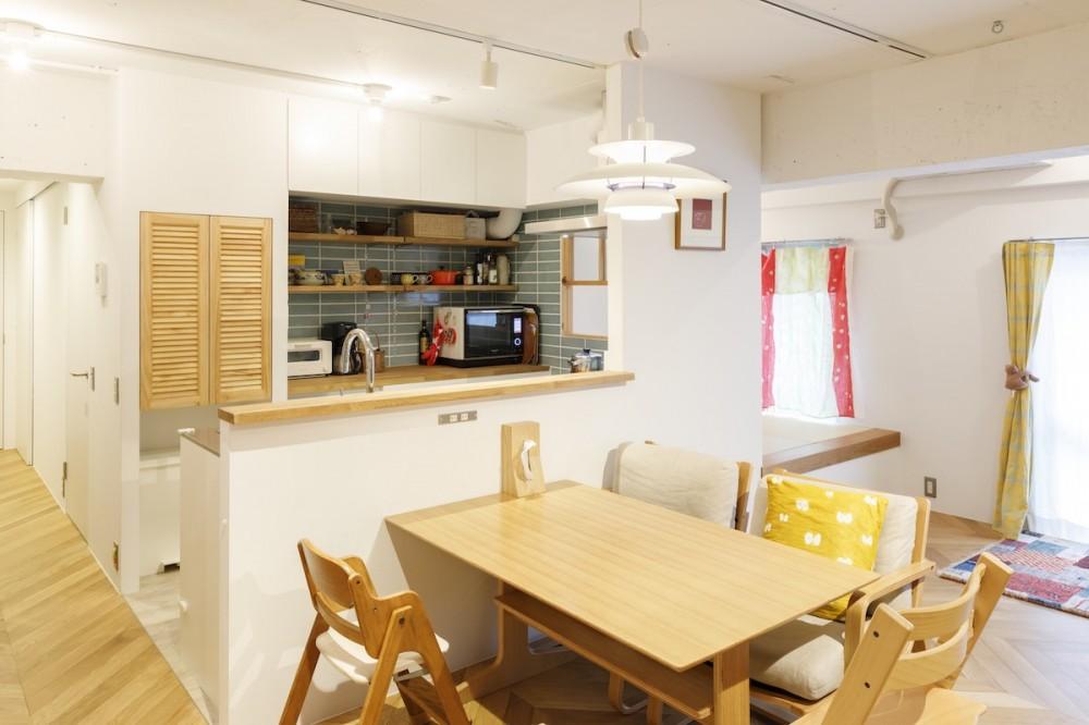 H邸-キッチンと窓でつながる子ども部屋。子育て世帯のリノベ (ダイニングキッチン)