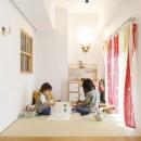 H邸-キッチンと窓でつながる子ども部屋。子育て世帯のリノベの写真 リビングの小上がり