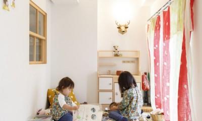 H邸-キッチンと窓でつながる子ども部屋。子育て世帯のリノベ (リビングの小上がり)