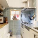 H邸-キッチンと窓でつながる子ども部屋。子育て世帯のリノベの写真 キッチン