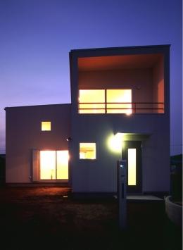 東松山のL型ボックス/Moさんの家 (東側(道路側)外観。夜景)