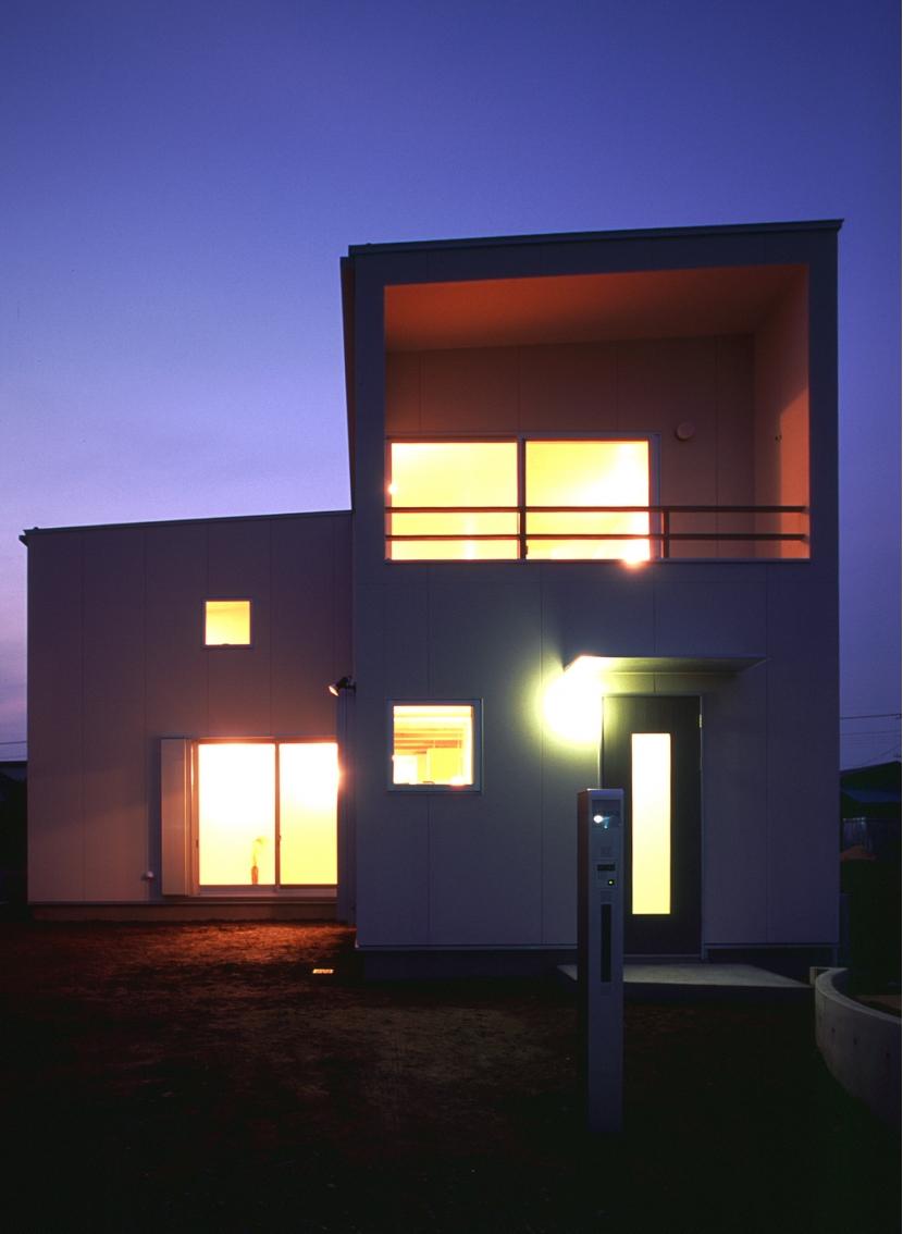 東松山のL型ボックス/Moさんの家の写真 東側(道路側)外観。夜景