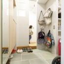 H邸-キッチンと窓でつながる子ども部屋。子育て世帯のリノベの写真 玄関