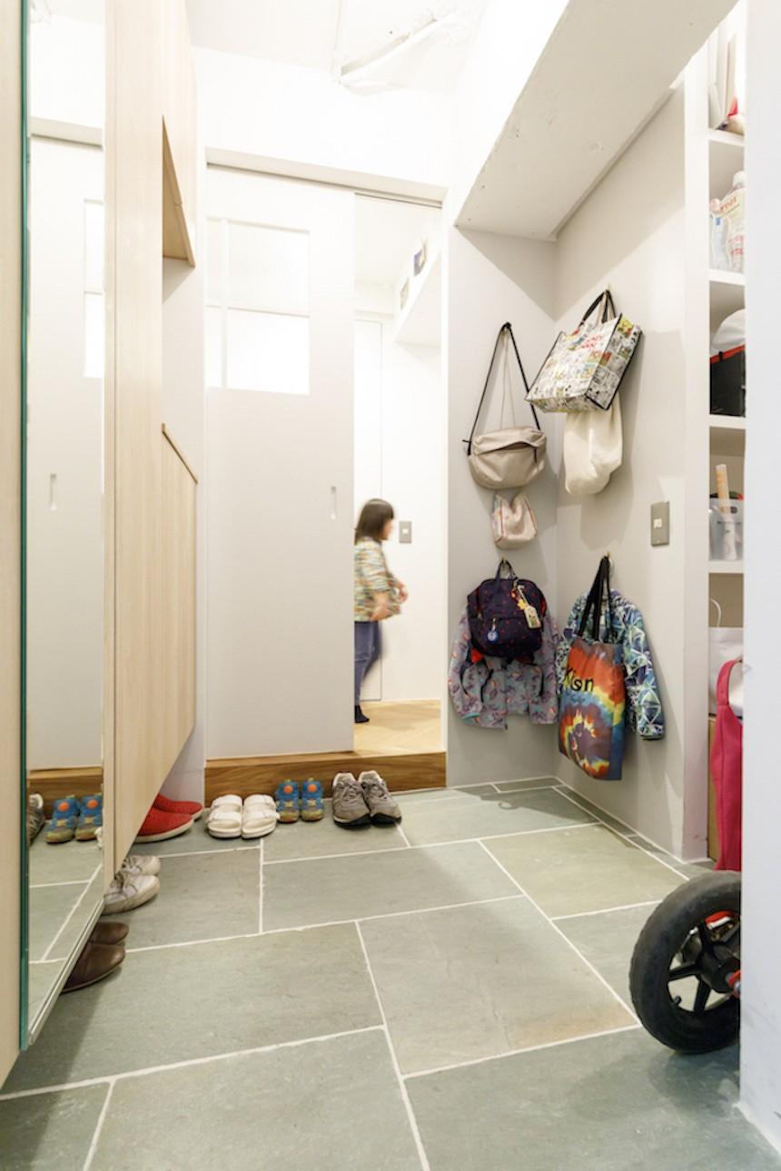 H邸-キッチンと窓でつながる子ども部屋。子育て世帯のリノベ (玄関)
