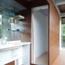 開放的な洗面スペース、シャワーブース