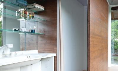 都幾川縁りのハイブリッド・ハウス/Onさんの家 (開放的な洗面スペース、シャワーブース)