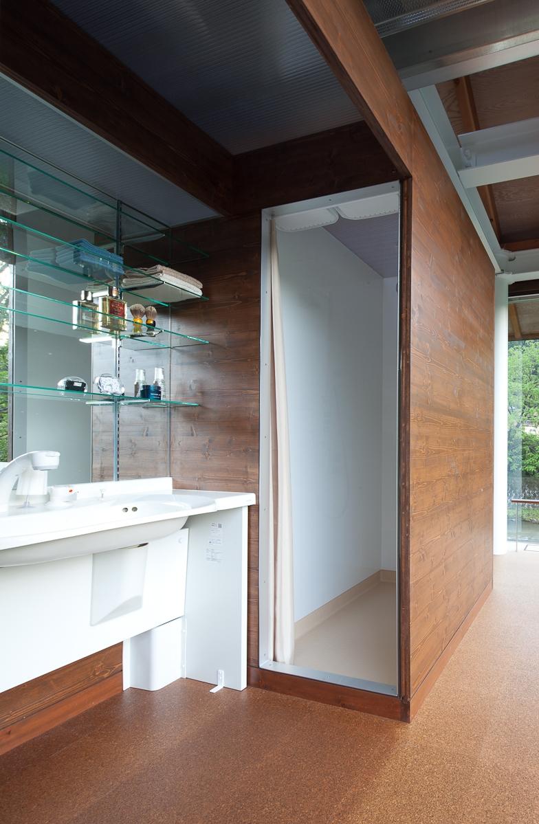 都幾川縁りのハイブリッド・ハウス/Onさんの家の部屋 開放的な洗面スペース、シャワーブース