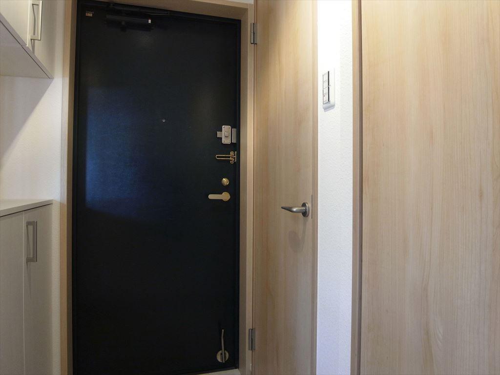 リビングダイニング事例:ドア(日差しが差し込む明るいキッチン)