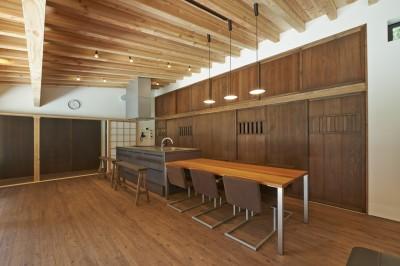 建具に古材杉雨戸を利用したキッチン収納 (稲村ヶ崎の住宅 - 建物と自然からうまれる平屋中庭住宅 -)