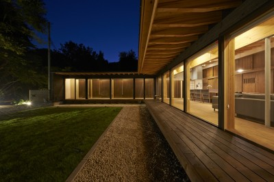 縁側夜景 (稲村ヶ崎の住宅 - 建物と自然からうまれる平屋中庭住宅 -)