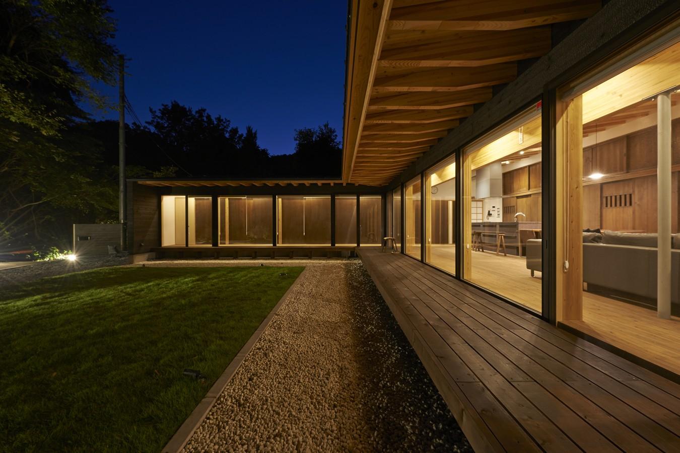 外観事例:縁側夜景(稲村ヶ崎の住宅 - 建物と自然からうまれる平屋中庭住宅 -)