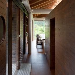 玄関-回廊 (都幾川縁りのハイブリッド・ハウス/Onさんの家)