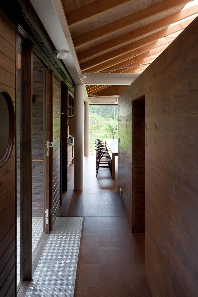 都幾川縁りのハイブリッド・ハウス/Onさんの家の部屋 玄関-回廊