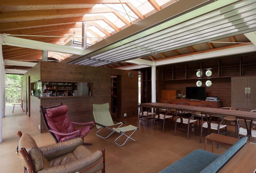 都幾川縁りのハイブリッド・ハウス/Onさんの家の部屋 開放的で屋根構造が見えるリビング・ダイニング。家具はミッドセンチュリー