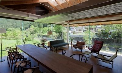 都幾川縁りのハイブリッド・ハウス/Onさんの家 (全面ガラスのリビング・ダイニング)