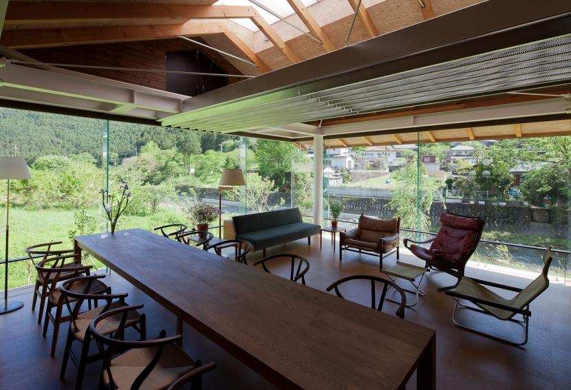 都幾川縁りのハイブリッド・ハウス/Onさんの家の部屋 全面ガラスのリビング・ダイニング